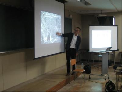 講義中の大沼先生(仙台の地図を示している)